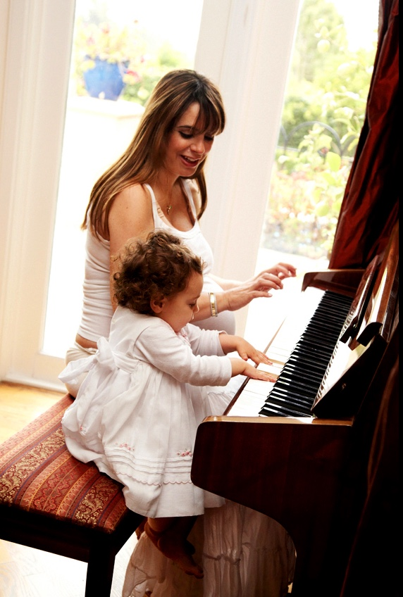 motheranddaugther_playing_piano
